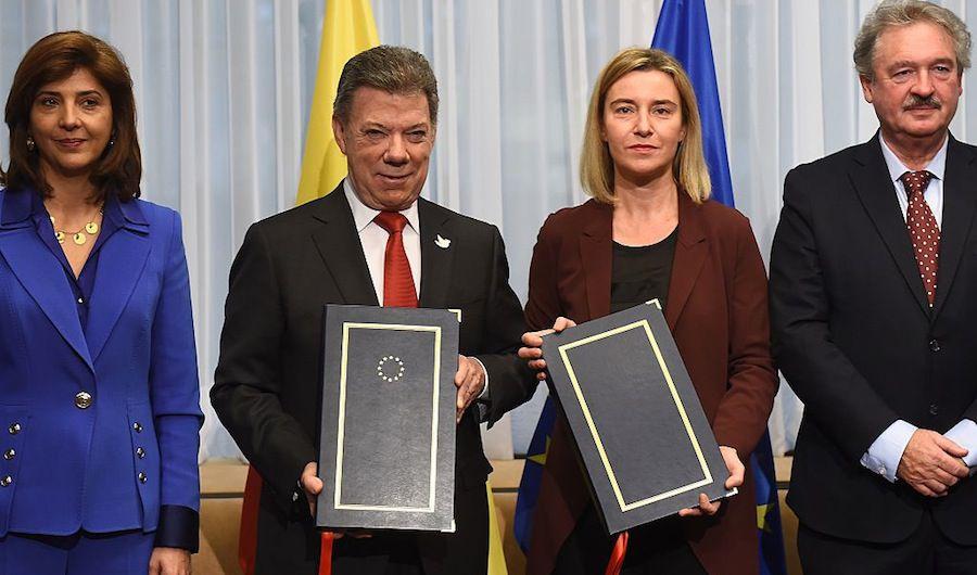 María Ángela Holguín y Juan Manuel Santos tras la firma del acuerdo junto con la Alta Representante de la Unión para Asuntos Exteriores y Política de Seguridad, Federica Mogherini (EMMANUEL DUNAND/AFP/Getty Images).