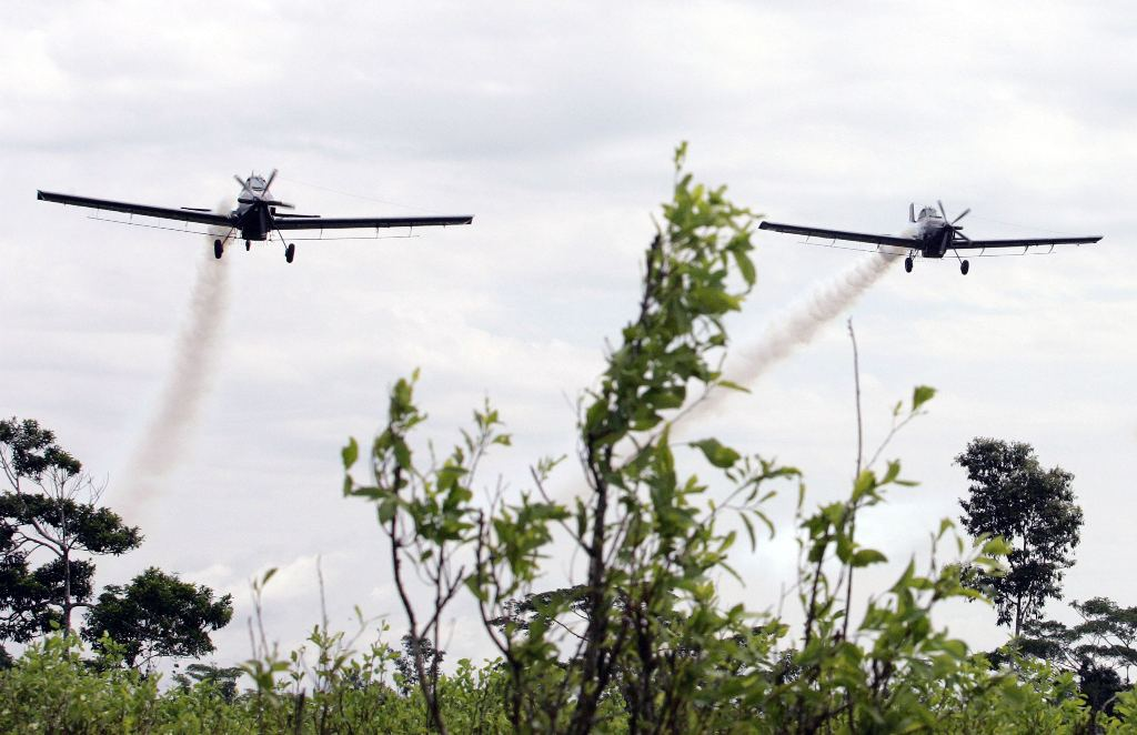 Colombian police planes spray herbicide on a coca plantation in San Miguel, Putumayo province next to Ecuadorean Border, December 15, 2006. Colombia restarted spraying herbicide in the area generating a diplomatic crisis between Colombia and Ecuador. REUTERS/Daniel Munoz (COLOMBIA) - RTR1KG5Y
