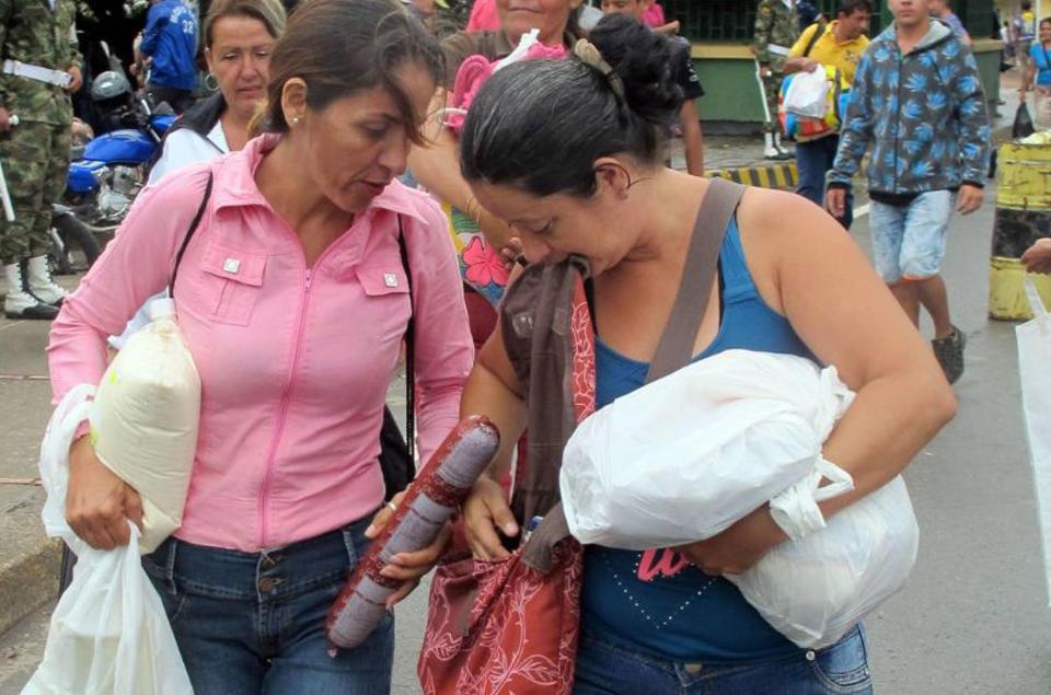 venezuelans-crossing-into-colombia1347